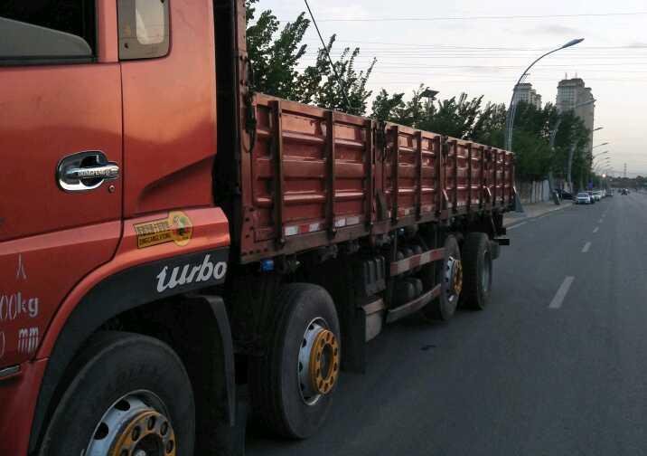 东风天龙 载货车  260匹 2011年02月 8x2